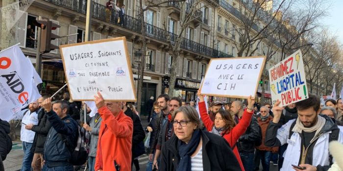 Diretta Video. Francia paralizzata. Continuano scioperi e proteste contro la riforma delle pensioni. Scontri a Parigi e Nantes