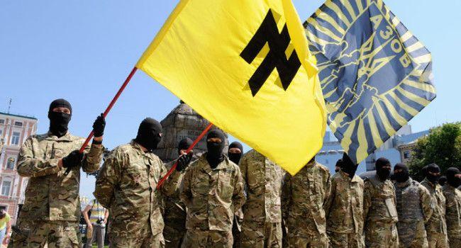 Kiev: anziani antifascisti mettono in fuga i neonazisti della Azov