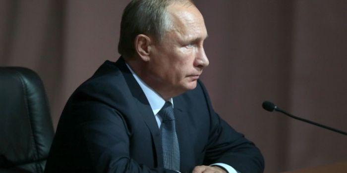 """""""L'Isis ha la protezione armata di interi stati ai quali vende petrolio"""". Vladimir Putin"""