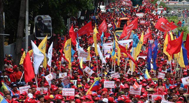 Venezuela: il chavismo inonda le strade di Caracas