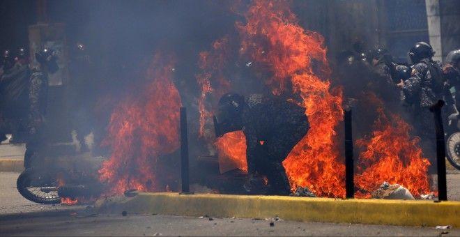 La foto di un attentato terroristico a Caracas che trasforma le vittime in repressori