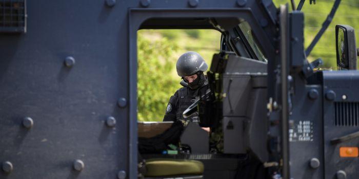 La Serbia sull'orlo della guerra con il Kosovo dopo gli scontri in una enclave serba. Arrestato funzionario russo dell'ONU
