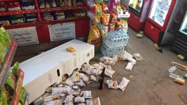 La polizia greca colpisce un impiegato di un chiosco e ruba bottigliette d'acqua. Il video