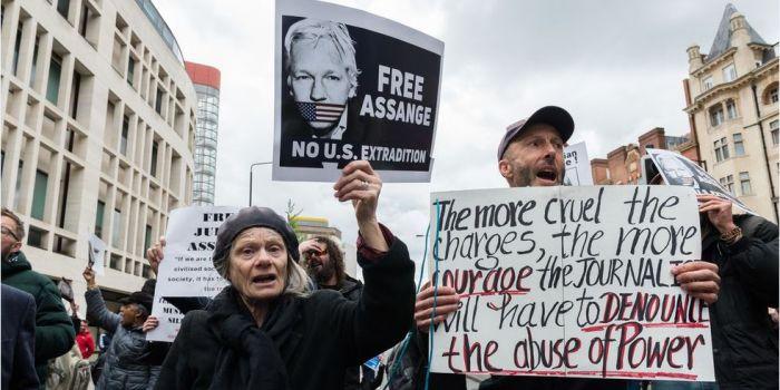 Assange ha rivoluzionato il giornalismo e l'élite non lo perdonerà mai