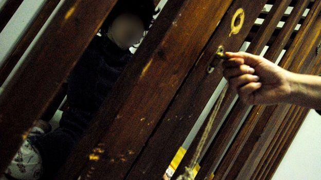 Grecia. Bambini disabili rinchiusi in gabbie