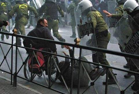 In grecia la polizia antisommossa carica anche persone for Uomo sulla sedia a rotelle