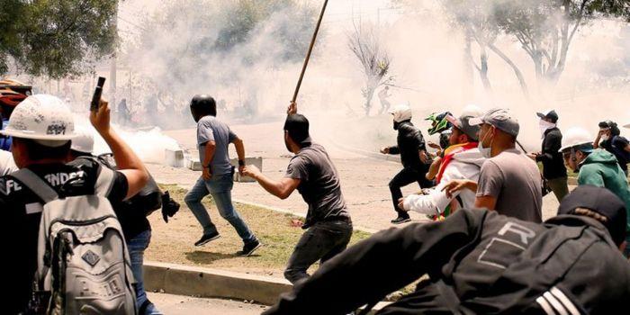In Bolivia il governo golpista minaccia e reprime i giornalisti indipendenti