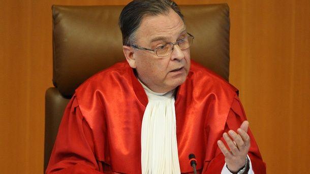 Fallimenti politici eclatanti. L'ex presidente della Corte costituzionale tedesca contro la Merkel
