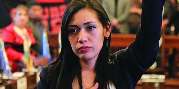 In Bolivia brutale aggressione della polizia golpista alla presidente del Senato Adriana Salvatierra del MAS (VIDEO)