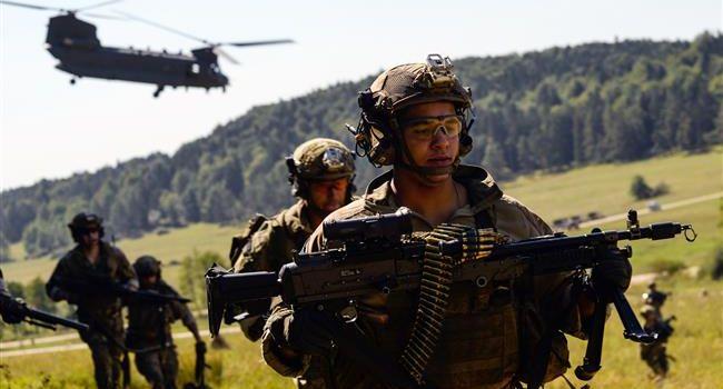 uomini militari con grossi