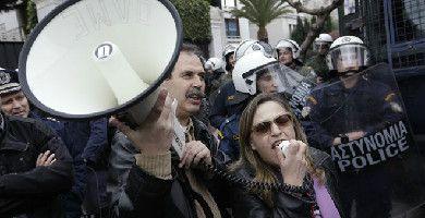 Grecia. Gli insegnanti si ribellano al piano della troika. 17 fermi